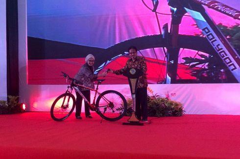 Tutup Rakornas, Sofyan Djalil Bagikan Sepeda dari Jokowi
