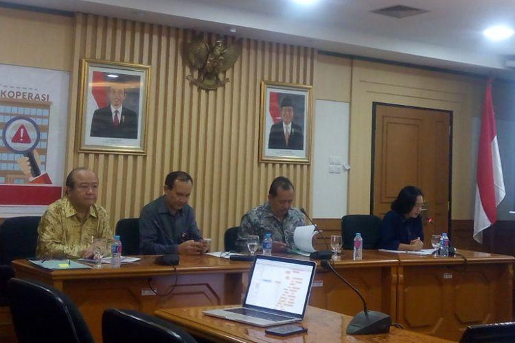 Ketua Satgas Waspada Investasi Tongam Lumban Tobing (kedua kiri) dalam Forum Group Discussion (FGD) di Kantor Kementerian Koperasi dan UKM, Jakarta Selatan, Selasa (4/12/2018).
