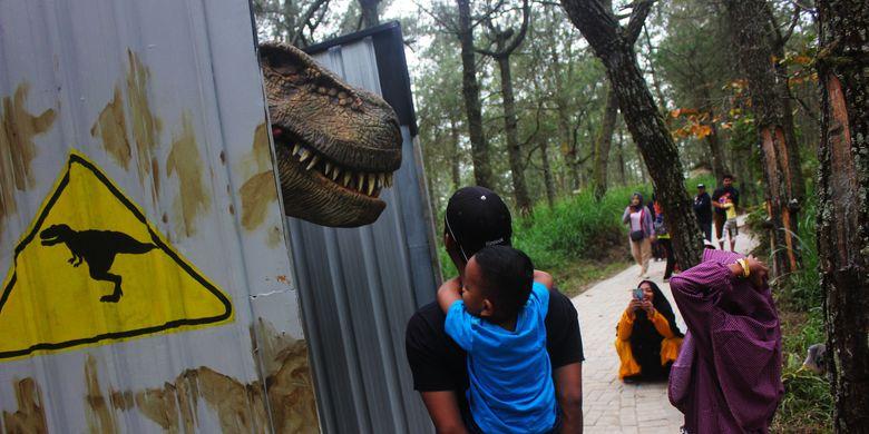 Penampilan T Rex yang tiba tiba keluar dari kotak kontainer mengejutkan pengunjung. Pengelola taman wisata Mojosemi Forest Park menghadirkan wahana baru untuk menggaet pengunjung di musim libur lebaran 2019. Sebanyak 20 Dinosaurus dengan ukuran sebenarnya dihadirkan di tengah hutan pinus yang masih memiliki ribuan pohon raksasa di kaki Gunung Lawu.
