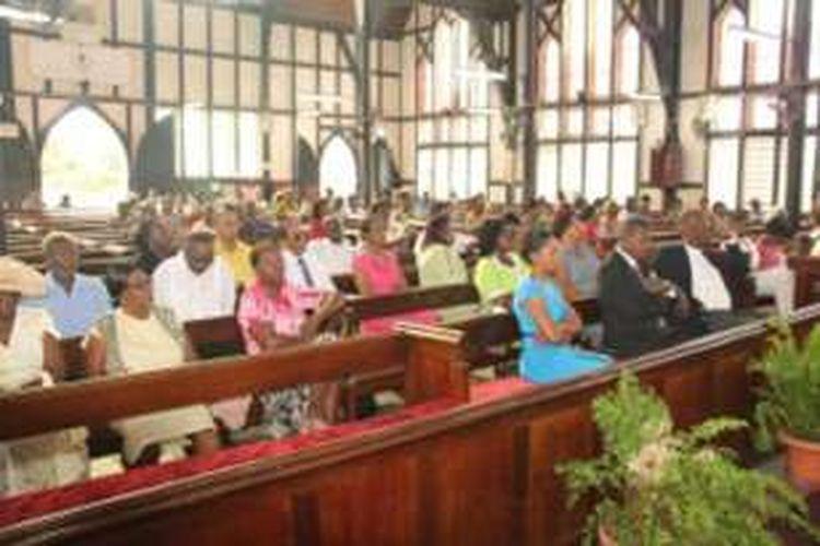 Jemaat dalam pembukaan Sidang 145 dari Sinode untuk Keuskupan Guyana di Katedral St. George , Perusahaan Path, Georgetown .