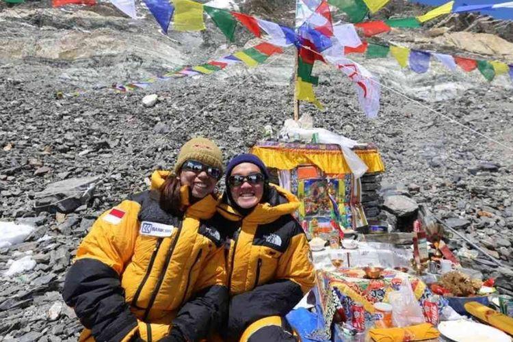 Dua perempuan Indonesia pertama dari Tim WISSEMU berhasil mencapai Puncak Gunung Everest pada Kamis (17/5/2018).