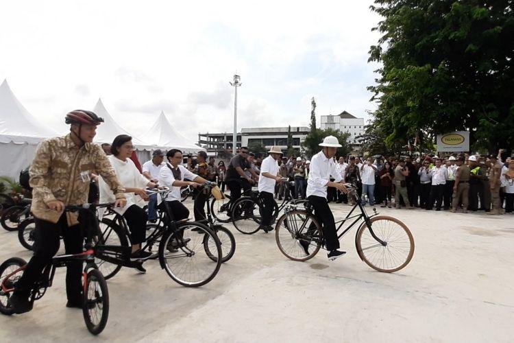 Presiden Jokowi dan Menterinya gowes sepeda dari Alun-alun Pasar Johar menuju kawasan Kota Lama Semarang, Senin (30/12/2019)