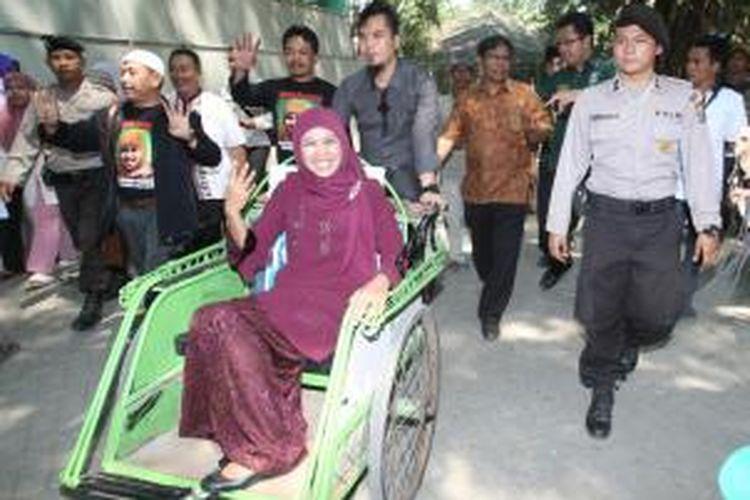 Pentolan grup band Dewa, Ahmad Dhani mengayuh becak yang ditumpangi Calon Gubernur Jawa Timur Khofifah Indar Parawansa dalam bagian kampanye yang dilaksanakan di wilayah Jombang, Senin (19/8/2013).