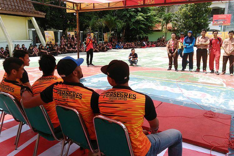 Para pemain Persegres Gresik United saat menjawab pertanyaan dari siswa SMA Negeri 1 Manyar, dalam program Persegres Goes to School.