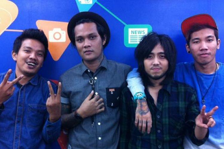 Band Last Child berpose berkunjung ke kantor Redaksi Kompas.com di Jakarta, Rabu (2/7/2014).