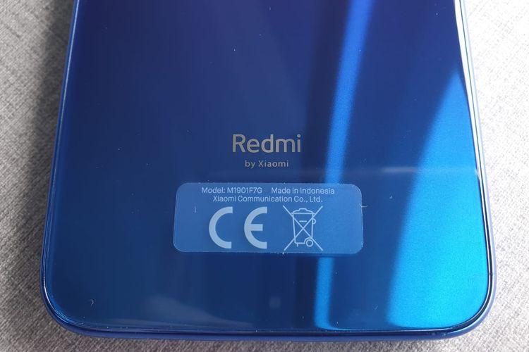 Logo Redmi bercokol di sisi bawah punggung, di mana masih ada logo Xiaomi di bawahnya.