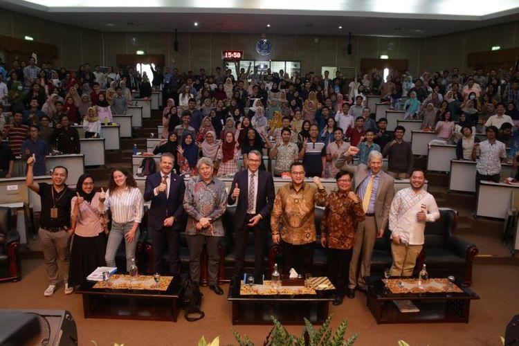 Rektor IPB Prof. Dr. Arif Satria bersama dengan Wakil Menteri Pertanian, Alam, dan Kualitas Pangan Belanda Jan-Kees Goet dalam talk show di Kampus IPB Dramaga, Rabu (11/3/2020).