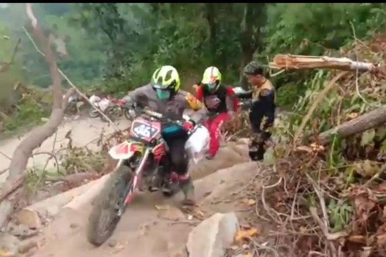 Komunitas trail ikut dalam upaya membuka jalan ke daerah terisolasi setelah gempa di Sulawesi Barat.
