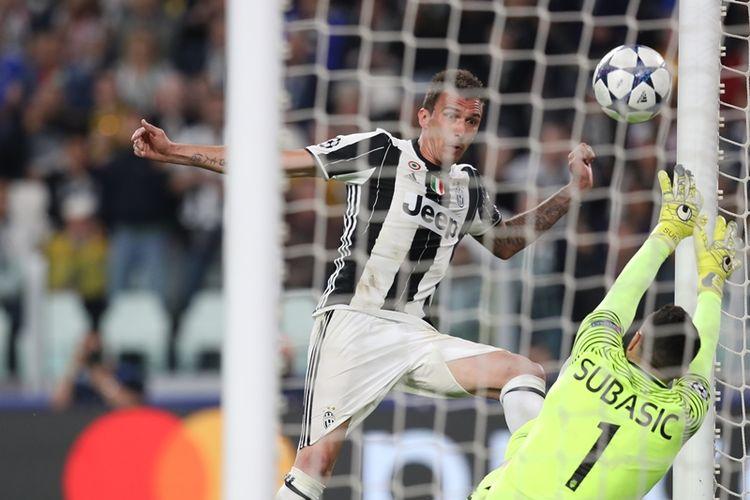 Penyerang Juventus asal Kroasia, Mario Mandzukic (kiri), mencetak gol setelah memperdaya kiper AS Monaco yang juga dari Kroasia, Danijel Subasic, dalam pertandingan leg kedua semifinal Liga Champions di Stadion Juventus, Selasa (9/5/2017).
