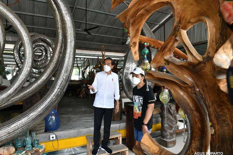 Presiden Joko Widodo menyempatkan mampir dan melihat-lihat galeri seni The Object di Jalan Raya Mas, Ubud, Gianyar, dalam perjalanan ke arah Kota Denpasar, di sela-sela kunjungan kerja di Bali, Selasa (16/3/2021). Presiden pada Selasa ini menyambangi Bali untuk meninjau langsung kegiatan vaksinasi Covid-19 massal yang digelar di Kabupaten Gianyar.
