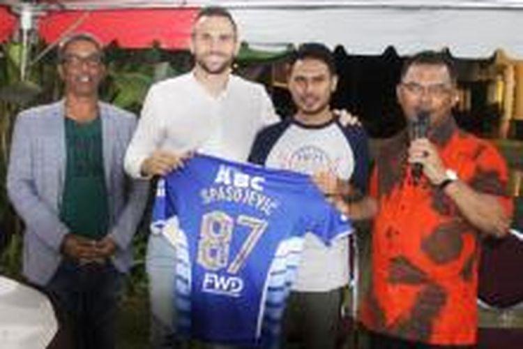 Mantan penyerang Persib Bandung, Ilija Spasojevic menghadiahkan seragam Maung Bandung sebagai kado untuk anak Presiden Melaka United, Luqman Hakim, yang berulang tahun ke-22 pada Rabu (16/12/2015).