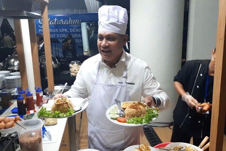 Ketua KPK Firli Bahuri menunjukkan nasi goreng hasil masakannya di Gedung Merah Putih KPK, Selasa (21/1/2020).