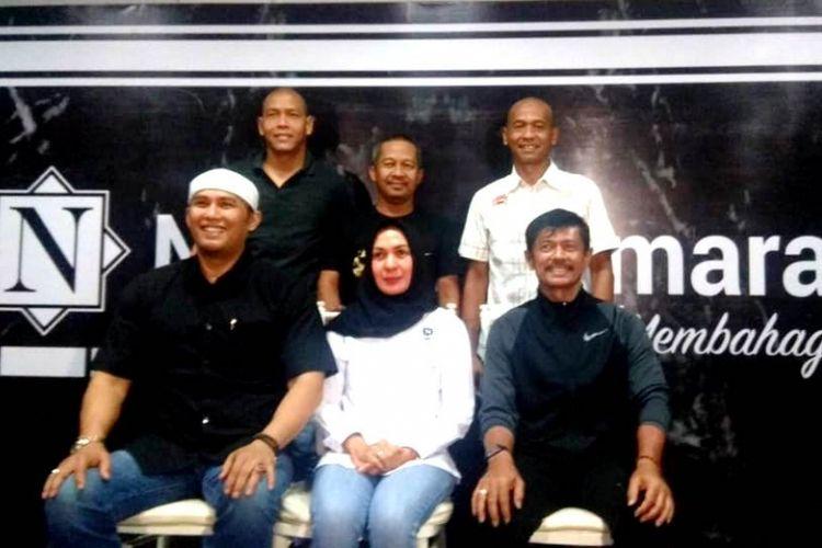 Pelatih tim nasional U-23 Indonesia, Indra Sjafri, berdiskusi dengan perusahaan katering, Nendia Primarasa, untuk mempersiapakan pernikahan anakanya.