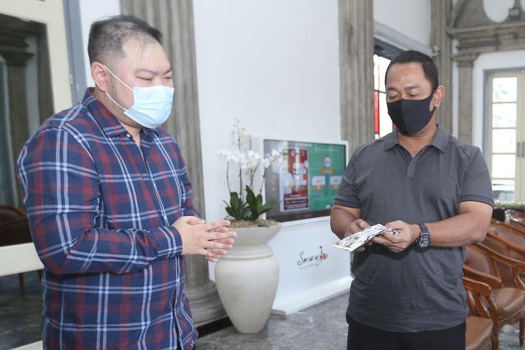 Wali Kota Semarang Hendrar Prihadi, menerima Pimpinan Indomaret, Kyu-Kyu TV, dan Alumni Sedes yang menyerahkan bantuan 3.350 masker dan 200 paket sembako, di Kantor Wakil Kota Semarang, Senin (20/4/2020).