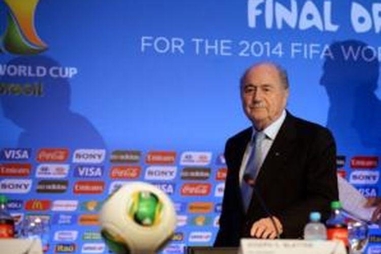 Presiden FIFA, Sepp Blatter, dalam acara pembagian pot-pot untuk undian grup Piala Dunia 2014 yang berlangsung di Costa do Sauipe, Bahia, Selasa (3/12/2013).