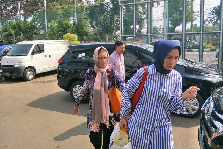 Ibunda Ahmad Dhani Joyce Theresia Pamela Kohler (kiri) dan adik Dhani Nia Rahmania (paling kanan) tiba di Rutan Klas I Cipinang, Jakarta Timur, Jumat (14/6/2019).