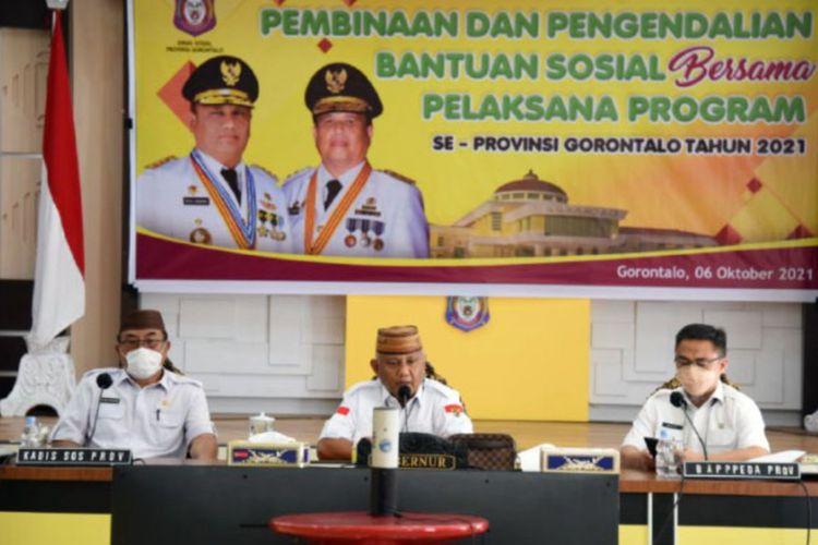 Gubernur Gorontalo Rusli Habibie (tengah) didampingi Kepala Dinas Sosial dan Kepala Bapppeda Provinsi Gorontalo saat memimpin rapat sekaligus pembinaan untuk pengendalian bantuan sosial bersama seluruh pelaksana program.