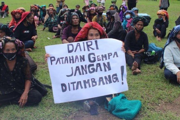 Ibu-ibu di Dairi, Sumatera Utara berdemonstrasi menolak rencana tambang di wilayahnya yang berpotensi merusak lingkungan.