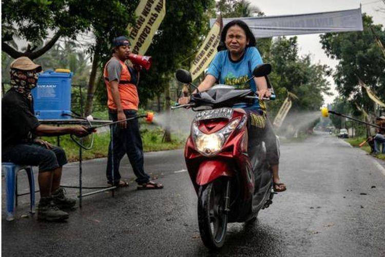 Beberapa desa dan kampung di Provinsi Daerah Istimewa Yogyakarta dan daerah lain mulai melakukan karantina mandiri dan menyortir para pendatang.