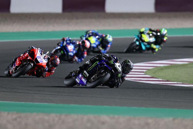 Maverick Vinales saat balapan di MotoGP Qatar 2021. (Photo by KARIM JAAFAR / AFP)