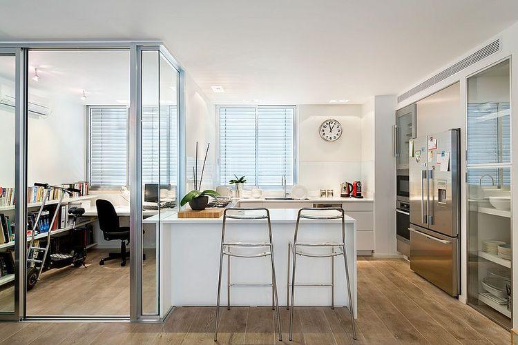 Ruang kerja dipisahkan dengan dapur menggunakan dinding kaca, karya Davidie Rozin Architects