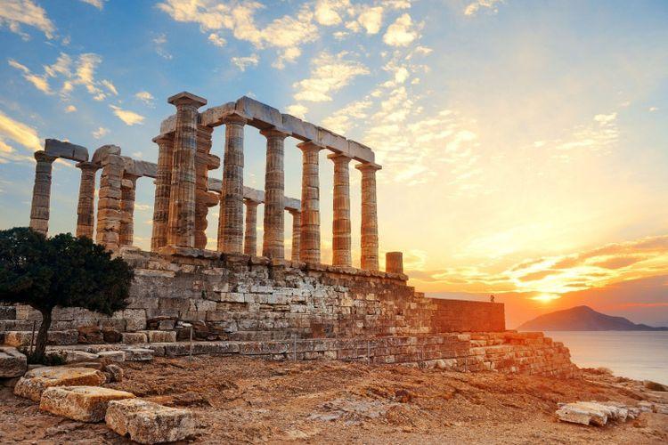 Senja di situs bersejarah Temple of Poisedon di Athena, Yunani