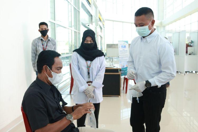 Salah satu calon penumpang memilih melakukan layanan GeNose di Bandara Internasional Syamsuddin Noor Banjarmasin di Banjarbaru, Kamis (22/4/2021).