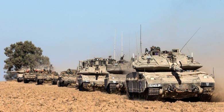 Iring-iringan tank Merkava dan kendaraan lapis baja Israel lainnya bergerak menuju perbatasan Jalur Gaza sebelum melakukan serangan darat.
