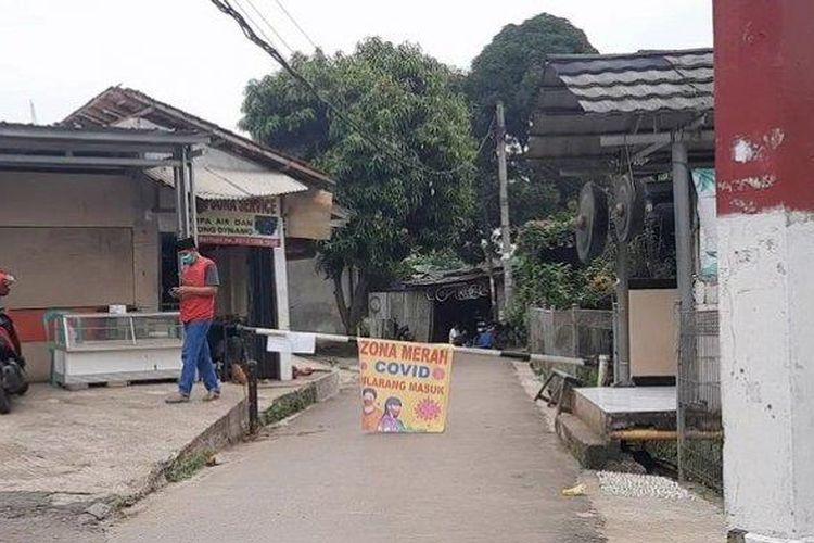 Warga di lingkungan Jalan Beringin RT 04/7, Kelurahan Pamulang Barat, Pamulang, Kota Tangerang Selatan menerapkan lockdown lokal, Rabu (23/6/2021).