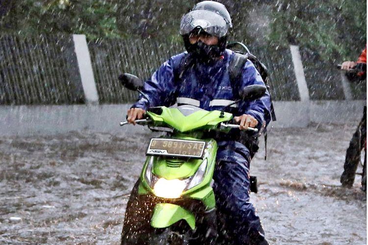 Ilustrasi berkendara musim hujan