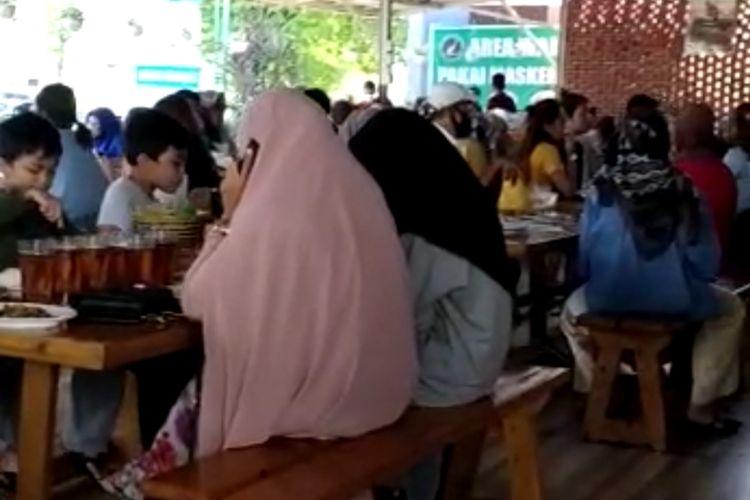 Video suasana restoran di Padang yang ramai pengunjung tanpa protokol kesehatan.