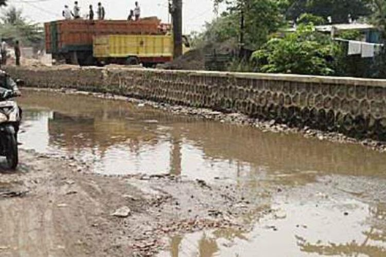 Jalan di depan Pasar Induk Cipinang, Kecamatan Pulogadung, Jakarta Timur, rusak parah. Sepanjang hampir 1 kilometer terdapat lubang-lubang genangan air, Sabtu (21/9). Kondisi tersebut disebabkan oleh tidak tersedianya saluran pembuangan air.