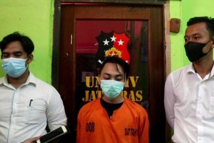 AP (baju oranye) tersangka pembuangan bayi di objek wisata riam Gunam Sekadau yang berstatus sebagai mahasiswa di Pontianak.