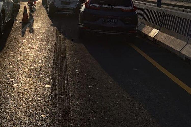 Kecelakaan beruntun terjadi di Tol Layang Jakarta-Cikampek KM 21, Jumat (14/2/2020).