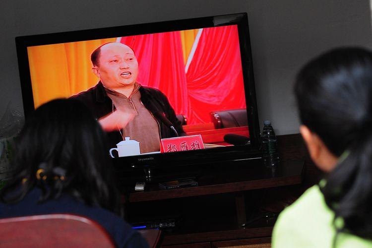 Foto tertanggal 20 Desember 2011 menunjukkan Zheng Yanxiong tampil di televisi. Pejabat garis keras ini pada Jumat (3/7/2020) ditunjuk mengepalai badan keamanan nasional di Hong Kong.