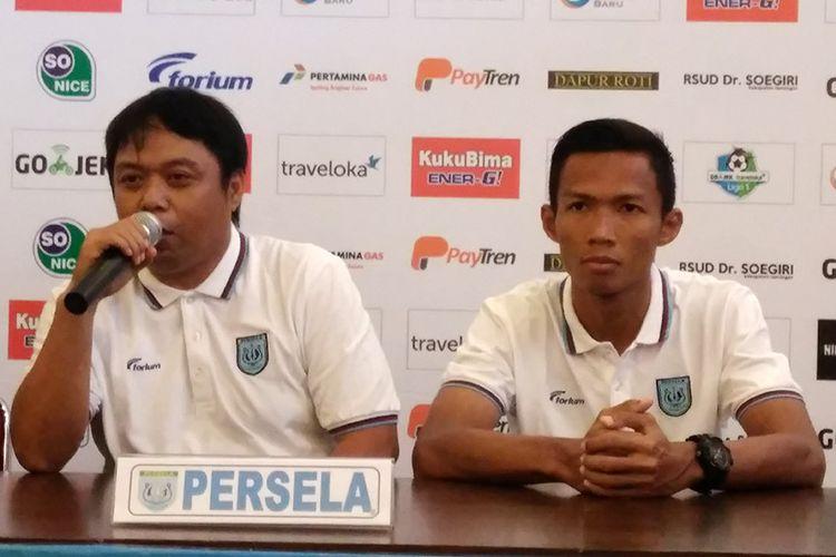Asisten pelatih Persela Lamongan Danur Dara (kiri) dan Eky Taufik.