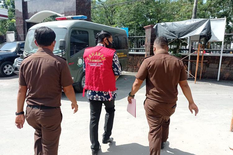 Penyidik Pidsus Kejati Sumut memboyong SRS ke rumah tahanan karena bersekongkol dengan istrinya untuk mencairkan kredit di PT Pegadaian dengan jaminan emas palsu.