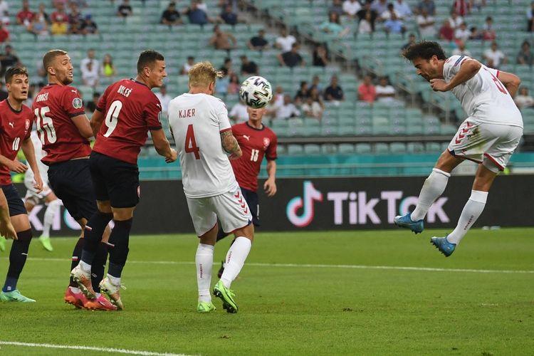Tandukan Thomas Delaney (kanan) yang membuahkan gol pada laga perempat final Euro 2020, Republik Ceko vs Denmark, di Stadion Olimpiade Baku, Azerbaijan, Sabtu (3/7/2021).