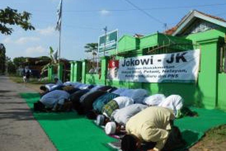 puluhan santri di Demak sujud syukur untuk kemenangan pasangan capres Jokowi - JK di depan kantor DPC PKB Demak, Jumat (11/7/2014)