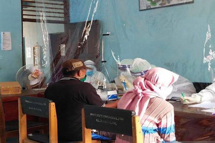Petugas kesehatan melakukan tes cepat kepada para pedagang di Pasar Temanggung Djaya Karti di Tamiang Layang, Selasa (9/6/2020).