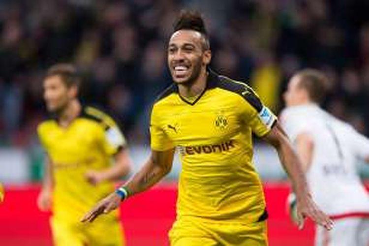 Penyerang Borussia Dortmund, Pierre-Emerick Aubameyang, merayakan golnya ke gawang Bayer Leverkusen, dalam lanjutan Bundesliga di Stadion Bay Arena, Minggu (21/2/2016).