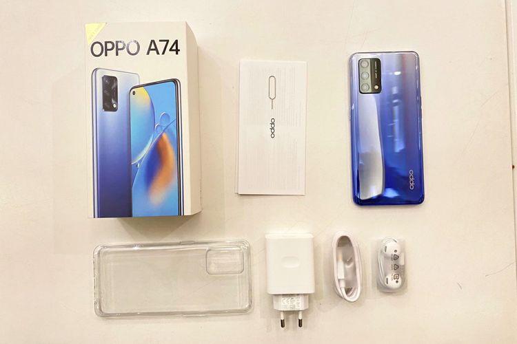 Isi kotak penjualan Oppo A74 mencakup satu unit perangkat ponsel, earphone, SIM card eject tool, soft case, kepala charger serta kabel USB Type-C.