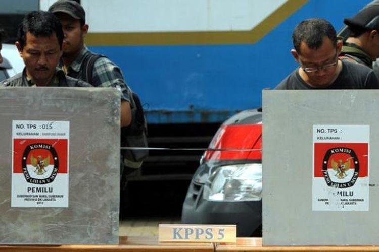 Ilustrasi pemungutan suara: Warga memberikan suara saat simulasi pemungutan suara di TPS Kecamatan Tanah Abang, Jakarta Pusat, Senin (3/3/2013).