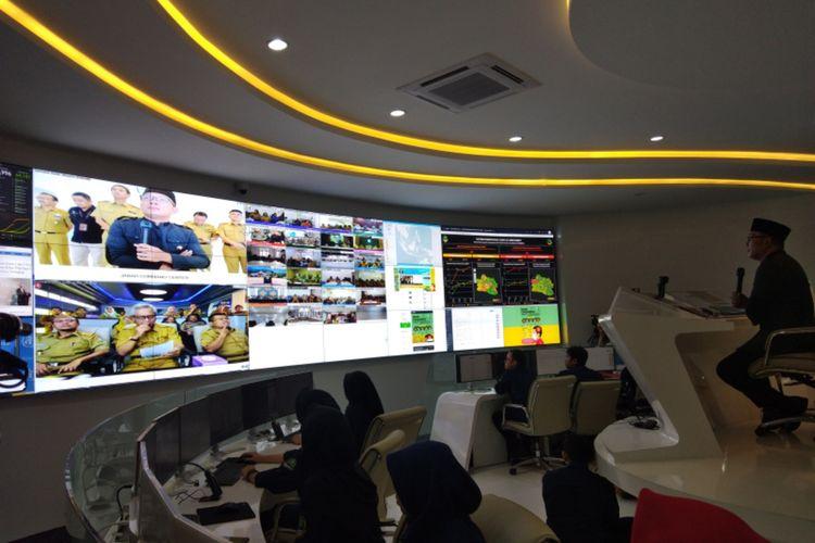Gubernur Jawa Barat Ridwan Kamil saat melakukan video conference dalam peresmian pusat kendali Provinsi Jawa Barat yang diberi nama Jabar Command Center, di Gedung Sate, Jalan Diponegoro, Selasa (10/3/2020).