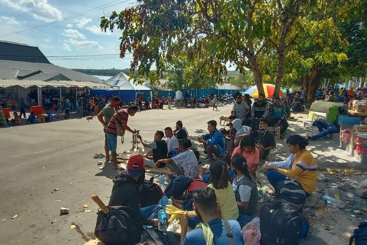 Para penumpang kapal Feri saat berada di Pelabuhan Bolok, Kota Kupang, Nusa Tenggara Timur (NTT)