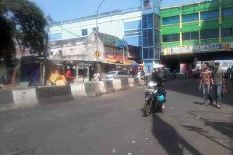 Jalan Kebon Jati, Tanah Abang, terlihat sepi dari pengawasan Satuan Polisi Pamong Praja (Satpol PP), Jakarta, Rabu (10/8/2013). Puluhan pedagang kaki lima (PKL) terlihat masih menggelar lapang sehari jelang penertiban.