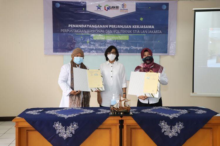 Penandatanganan PKS dilakukan Sekretaris Utama Perpusnas Woro Titi Haryanti dengan Direktur Politeknik STIA LAN Jakarta Nurliah Nurdin di STIA LAN Jakarta, Pejompongan, Jakarta pada Selasa (19/1/2021).