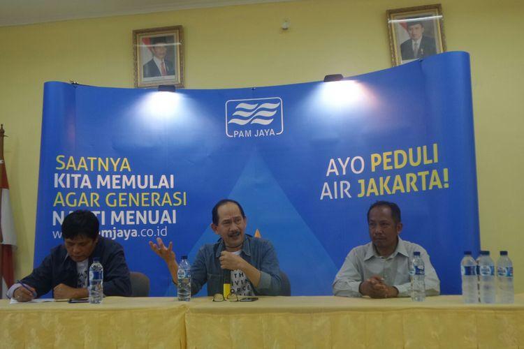 Dirut PT PAM Jaya Erlan Hidayat (tengah) di Kantor Lurah Untung Jawa, Sabtu (12/8/2017).