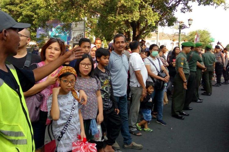 Warga dan Wisatawan menunggu kedatangan Presiden Joko Widodo di depan Istana Negara Gedung Agung Yogyakarta, Kamis (6/6/2019).