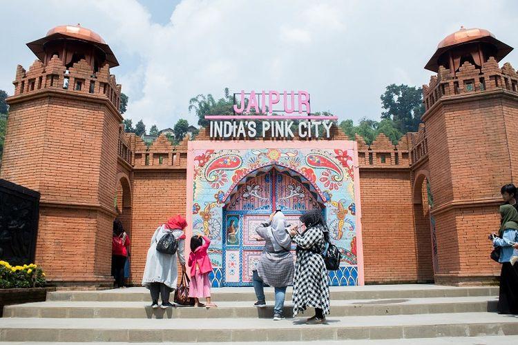 Salah satu spot foto di area India yang bernama Jaipur Indias Pink City. Untuk masuk ke area India, kamu bisa melalui pintu di sebelah kanan dan kiri, Great Asia Afrika, Bandung, Jumat (17/1/2020).